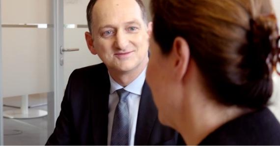 Der Vorsitzende der Geschäftsleitung von Pfizer Deutschland, Peter Albiez, und Christina Claussen, Leiterin der Abteilung Patient Relations, im Gespräch